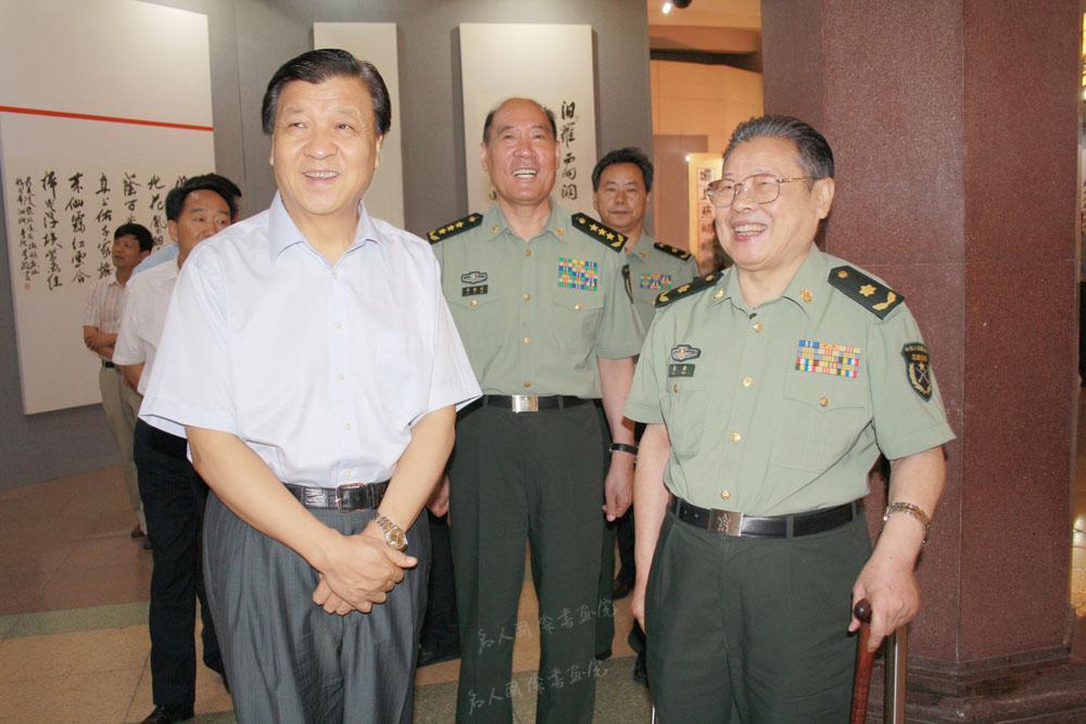 2011年8月25日,刘云山(左)在中央军委委员、总政治部主任李继耐(中)陪同下参观李铎诗词书法展。