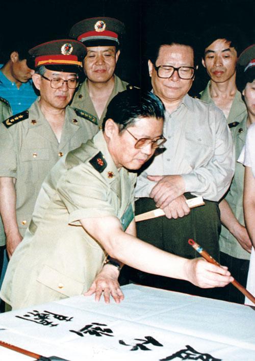1995年7月2日晚7时,中共中央总书记、国家主席、中央军委主席江泽民在中央军委委员、总政治部主任于永波等陪同下来到中国人民革命军事博物馆,饶有兴趣地观看举办的《李铎书〈孙子兵法〉碑拓展》。江总书记还观看李铎挥写书法,并予以称赞。